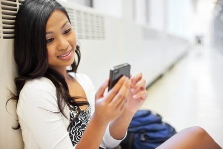 캠퍼스에 전화 아시아 학생의 문자 메시지의 총