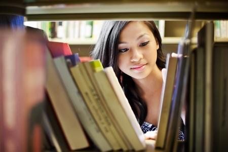 biblioteca: Un retrato de un estudiante universitario de Asia en la biblioteca