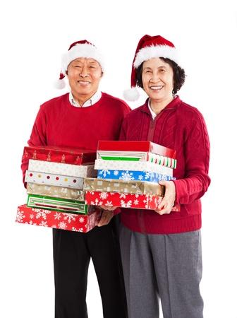 크리스마스를 축하하는 크리스마스 선물을 들고 수석 아시아 부부의 총