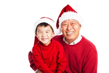 그의 손자와 함께 크리스마스를 축하 아시아 할아버지의 총