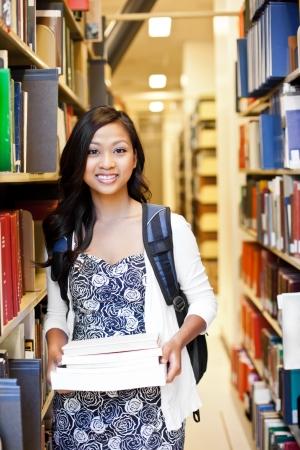 라이브러리에서 아시아 대학 학생의 초상화