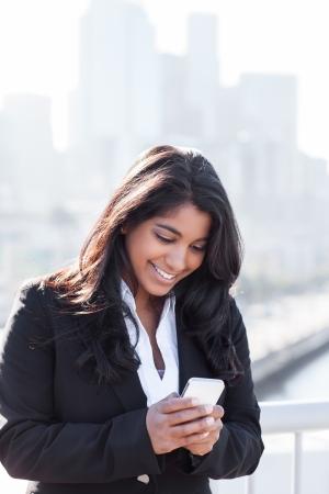 전화 야외에서 인도 사업가 문자 메시지의 총
