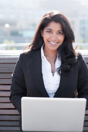 그녀의 노트북 야외에서 작업하는 인도 사업가의 총 스톡 콘텐츠