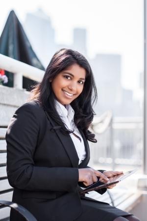 태블릿 PC 야외를 들고 인도 사업가의 총