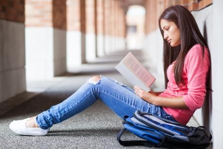 ヒスパニック系大学生のキャンパス内で勉強のショット 写真素材