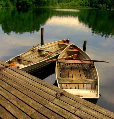 Twee oude roeiboten op een meer