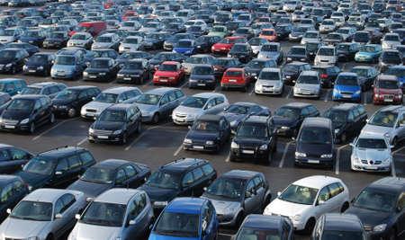 parked: Auto's op een parkeerplaats in Duitsland Stockfoto