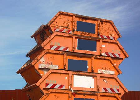 saltar: Básicos de residuos de la construcción de contenedores de color naranja Foto de archivo