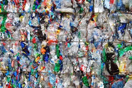 scrap trade: Shreddered bottiglia di plastica su un sito di riciclaggio Archivio Fotografico