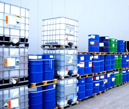 industria quimica: Contenedores de color blanco y azul, los tambores en un lugar de almacenamiento industrial Foto de archivo