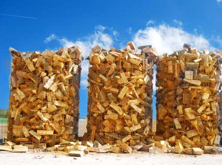 Troncos de madera para la combustión de biomasa en un horno