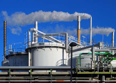 chemical plant: Tanks en leidingen van een chemische fabriek