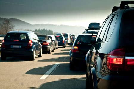 dżem: Traffic jam samochodów na drodze do jazdy na nartach wakacje