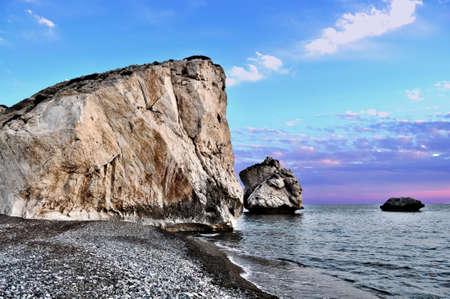 afrodita: Aphrodites Rock en la playa del Mar Mediterráneo en Chipre Foto de archivo