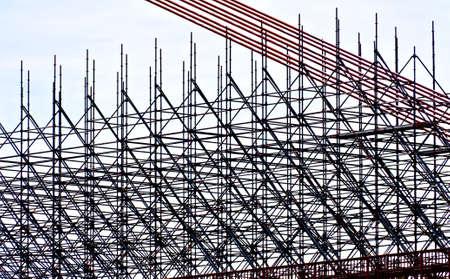 andamios: Andamios en un sitio de construcción de un puente