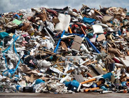 metallschrott: Pile von Siedlungsabfällen in einer Müllverbrennung Pflanze