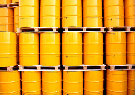 barril de petróleo: Tambores de aceite de color amarillo en un sitio de transporte industrial