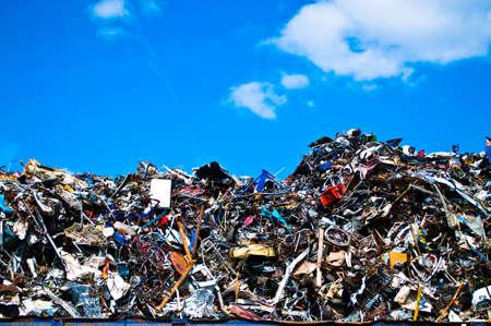 metallschrott: Metallabfälle auf einer Recycling-Anlage mit Himmel und Wolken Lizenzfreie Bilder