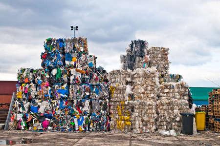 재활용 사이트에 다채로운 플라스틱 폐기물 더미