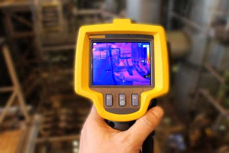 imagen: Cámara termográfica en una planta de energía Foto de archivo