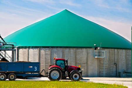 Rode tractor in forn van een biogasinstallatie