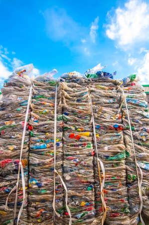 scrap trade: Rifiuti in plastica di un supermercato per il trasporto