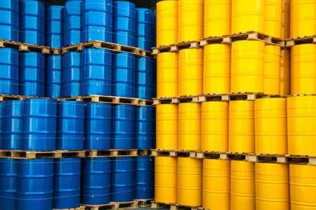 tanque de combustible: Tambores de aceite azules y amarillos en una fábrica