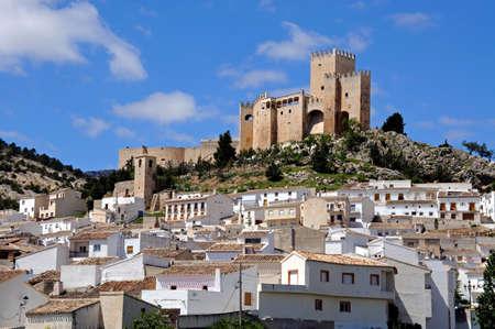 Gezicht op het kasteel Castillo de los Fajardo met herenhuizen op de voorgrond, Velez Blanco, Almeria provincie, Andalucia, Spanje, West-Europa