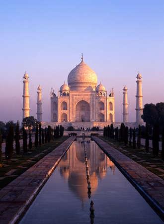 Uitzicht op de Taj Mahal bij zonsopgang, Agra, Uttar Pradesh, India Stockfoto