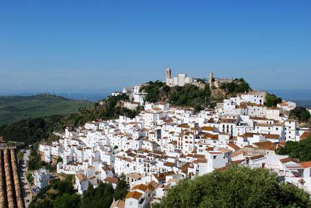 Uitzicht op de stad en het omliggende platteland, pueblo blanco, Casares, Costa del Sol, provincie Málaga, Andalucia, Spanje, West-Europa