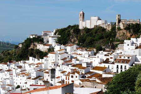 Uitzicht op de stad en het omliggende platteland, pueblo blanco, Casares, Costa del Sol, Malaga, Andalusie, Spanje, West-Europa Stockfoto