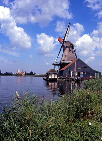 zaanse: Molen en het omringende landschap de enige overgebleven molen in de wereld die verf maakt, Zaanse Schans, Zaandam, Nederland, Holland, Europa Stockfoto