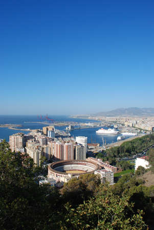 Verhoogde uitzicht op de arena en het havengebied, Malaga, Costa del Sol, provincie Málaga, Andalucia, Spanje, West-Europa Stockfoto