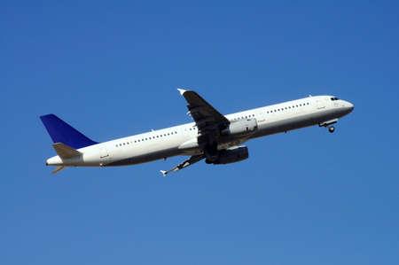 Airbus A321 vliegtuig opstijgen Stockfoto
