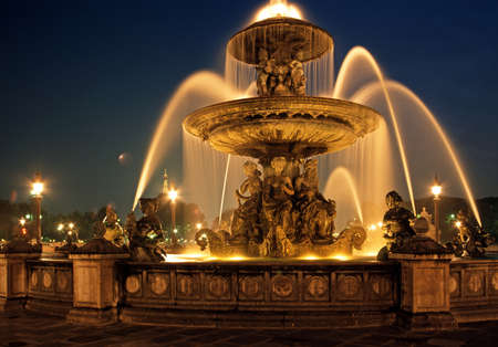 Fountain in the Place de la Concorde with the Eiffel Tower to rear at night, Paris, France  Banque d'images