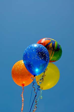 Tros ballonnen tegen een blauwe hemel