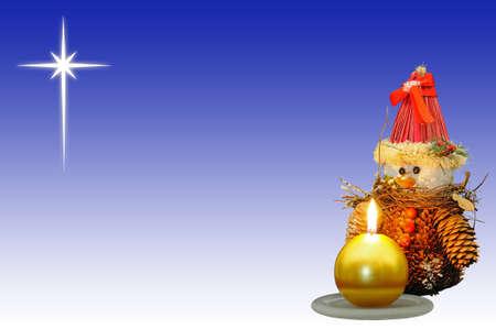 Dennenappel sneeuwmanornament met een gouden kaars op de voorgrond en de ster van Bethlehem aan de achterzijde