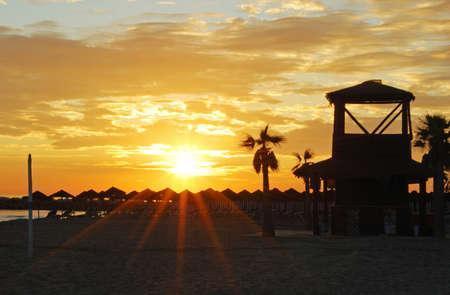 Strand met uitkijktoren bij zonsondergang, Puerto Cabopino, Marbella, Costa del Sol, Malaga, Andalusië, Spanje, West-Europa Stockfoto