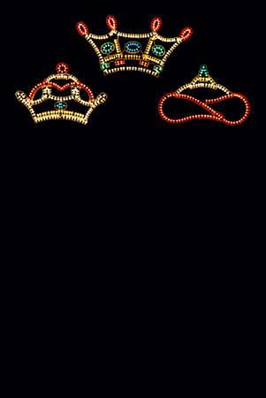 Drie Koningen Crowns tegen zwarte achtergrond met een kopie ruimte