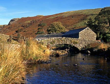 Stenen brug over stroom, Watendlath, Lake District, Cumbria, Engeland, Verenigd Koninkrijk, West-Europa
