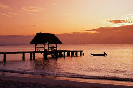Zonsondergang bij Pigeon Point, Tobago, Trinidad en Tobago, Caibbean, West-Indië