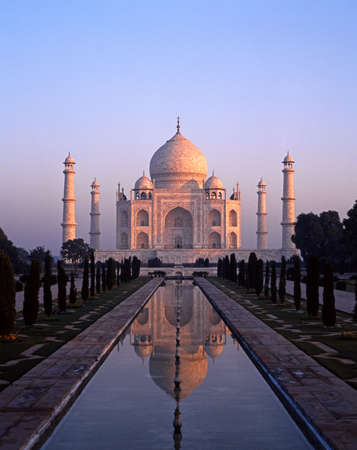 De Taj Mahal in de vroege ochtend, gebouwd door Mughal-keizer Shah Jahan ter nagedachtenis aan zijn vrouw, Mumtaz Mahal, Agra, Uttar Pradesh, India Stockfoto