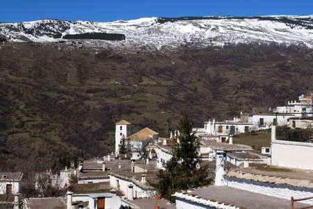 snow capped: Vista general sobre los tejados de la ciudad hacia las monta�as cubiertas de nieve, Bubi�n, Las Alpujarras, Provincia de Granada, Andaluc�a, Espa�a, Europa Occidental