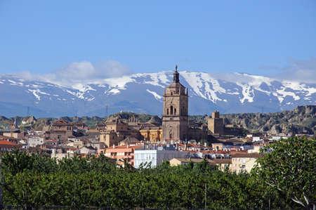 Uitzicht op de stad en de kathedraal met de sneeuw bedekte bergen van de Sierra Nevada aan de achterzijde, Guadix, provincie Granada, Andalusie, Spanje, West-Europa