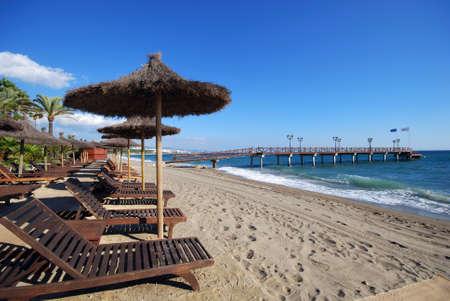 空の太陽のベッドやパラソル、ビーチと Daitona ビーチ、マルベージャ、コスタ ・ デル ・ ソル、マラガ県、アンダルシア、スペイン