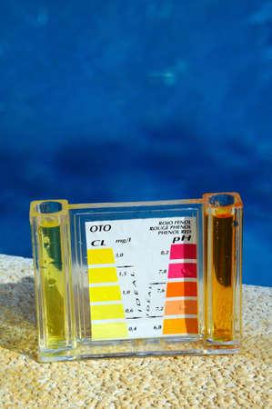 Controle van de chemische balans van een zwembad, Costa del Sol, Andalucia, Spanje, West-Europa