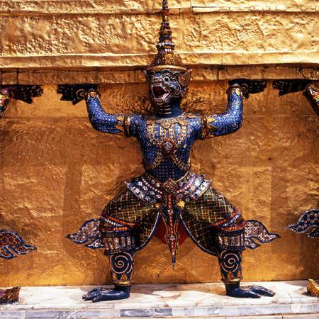 far east: Estatua del demonio en el Grand Palace Phra Maha Borom Ratcha Wang en Tailandia, Bangkok, Tailandia, el Lejano Oriente
