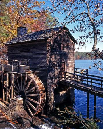 Waterrad en meer in Stone Mountain Park, Stone Mountain, Atlanta, Georgia, USA Stockfoto