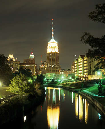 San Antonio River met de Tower Life Building 's nachts, San Antonio, Texas, USA Stockfoto