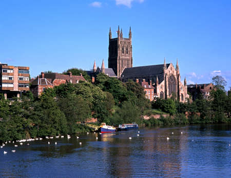 perpendicular: Cathedral on the banks of the river Severn, Worcester, Worcestershire, England, UK, Western Europe  Stock Photo